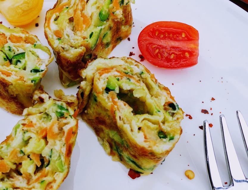 Eiröllchen mit geraspelter Zucchini und Möhre