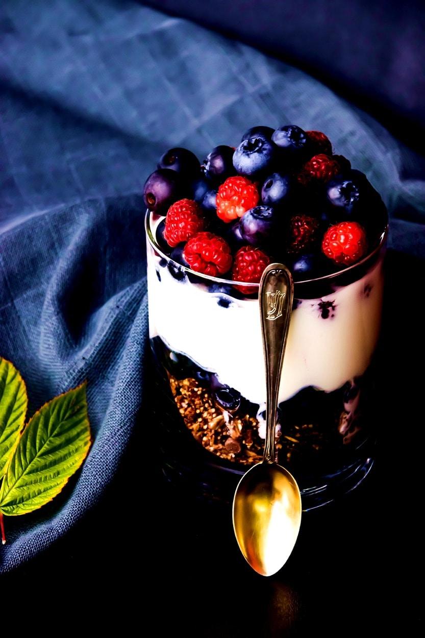 Knusperjoghurt mit Beeren im Glas