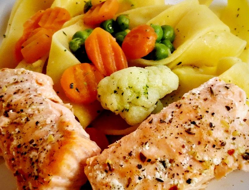 Lachsfilet mit Pappardelle und Buttergemüse