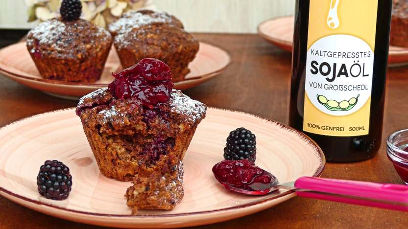 Leckere Schokoladenfrühstückmuffins mit Brombeeren