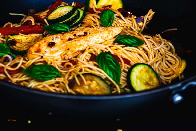 Spaghettipfanne mit Hähnchen an mediterranem Gemüse