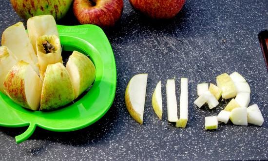 Die Äpfel waschen, entkernen, eventuell schlechte Stellen großzügig wegschneiden und in Stücke schneiden.