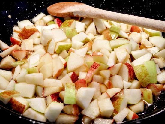 Die Apfelstücke jeweils sofort in den Läuterzucker geben und köcheln lassen.