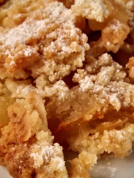 Wenn die Streusel goldbraun gebacken sind, den Apfel Crumble aus dem Backofen nehmen, in die Dessertschälchen geben und nach Belieben mit Puderzucker bestreuen.