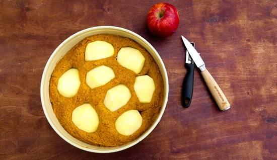 Nun die Äpfel waschen, schälen, vierteln, jeweils das Kerngehäuse entfernen, die Äpfel mehrmals der Länge nach einritzen und dann auf den Teig legen.