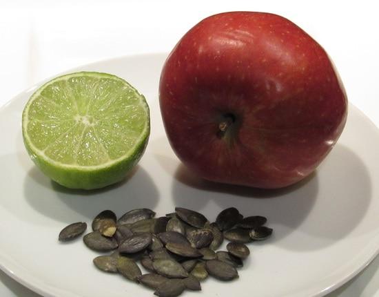 Dann eine Limette halbieren, eine Hälfte pressen, den Saft zu den anderen Zutaten in das Gefäß geben und nochmals alles gut verrühren.