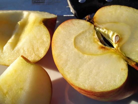 Nun den Apfel waschen und schälen, falls es kein Bio-Apfel ist. Den Apfel außerdem vierteln, das Kerngehäuse entfernen und zu den anderen Früchten in den Standmixer geben. Tipp: Ein kleines Stück vom Apfel aufheben, wenn man einen Fruchtspieß machen möchte.