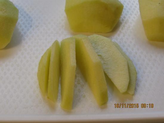 Nun die Äpfel waschen, schälen, Kerngehäuse entfernen, vierteln und in Scheiben schneiden.