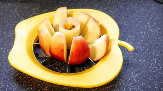 Nun den Apfel waschen und mit dem Apfelteiler in Stücke schneiden.