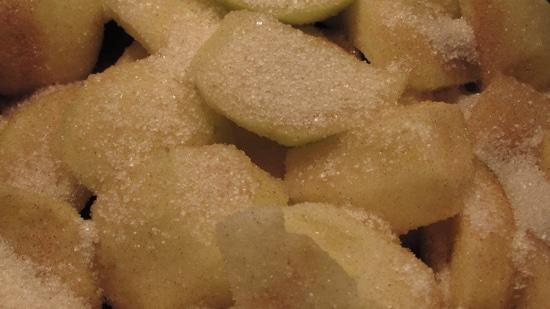 Zimt und Zucker mischen und über die Äpfel streuen. Alles zugedeckt etwa 15 Minuten ziehen lassen.
