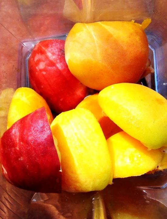 Auch diese Früchte in den Standmixer geben und pürieren oder mit Hilfe eines Pürierstabs pürieren.