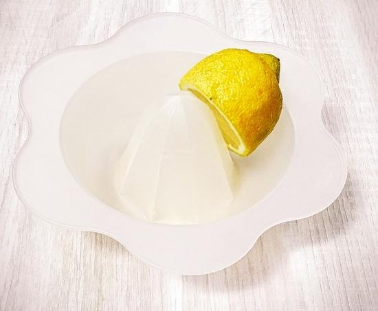 Zunächst den Kochtopf sowie den Standmixer reinigen und dann die zweite Hälfte der Zitrone auspressen und den Saft kurz beiseite stellen.
