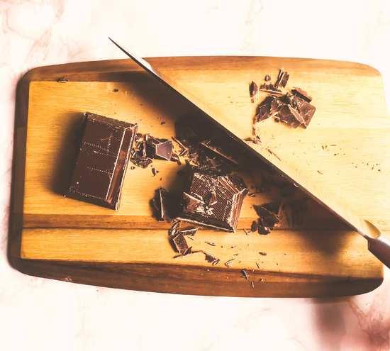 In der Zwischenzeit die Kuvertüre schmelzen. Dafür die Kuvertüre mit dem Messer etwas zerkleinern.
