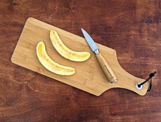 Die dritte Banane der Länge nach halbieren. Die Hälften zunächst beiseite stellen.