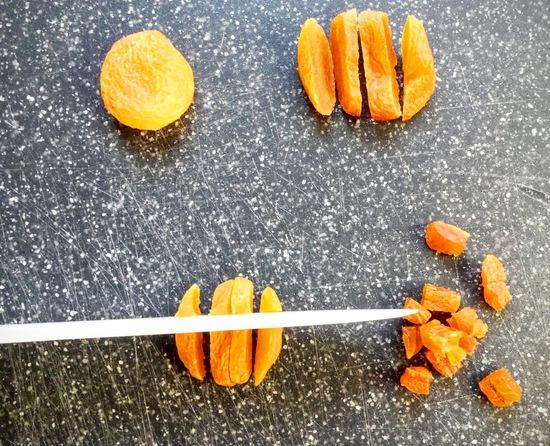 Zuerst die Aprikosen in Stücke schneiden.