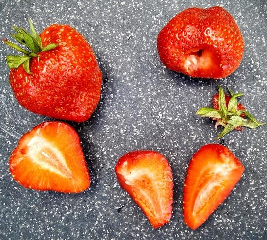 Dann die Erdbeeren waschen, trocknen, entkelchen und vierteln.