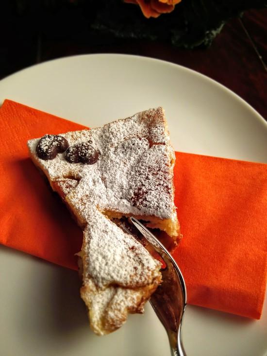 Wer mag bestäubt den fertigen Bretonischen Far mit Puderzucker. Je nach Geschmack noch warm genießen oder kalt zum Kaffee servieren. Bon appétit!