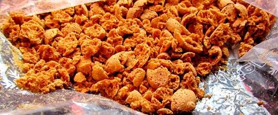 Zunächst werden die Amarettini zerkleinert. Dafür gibt man sie in einen Gefrierbeutel und zerdrückt sie mit Hilfe der Teigrolle. Die zerkleinerten Kekse werden zunächst beiseite gelegt.