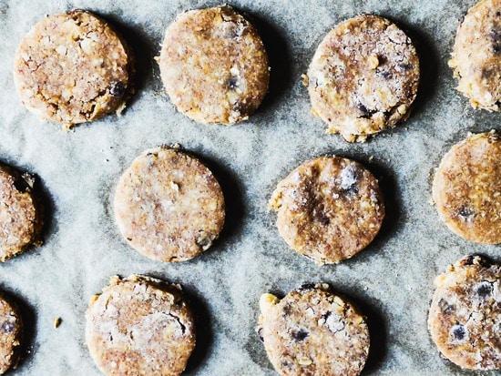 Nun mit der runden Ausstechform die Kekse ausstechen und sie das Backbleche legen. Das Backblech auf die mittlere Schiene des Backofens schieben