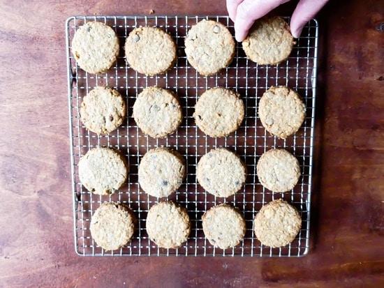Abschließend die Kekse aus dem Ofen nehmen. Nun noch auskühlen lassen und dann einfach genießen.