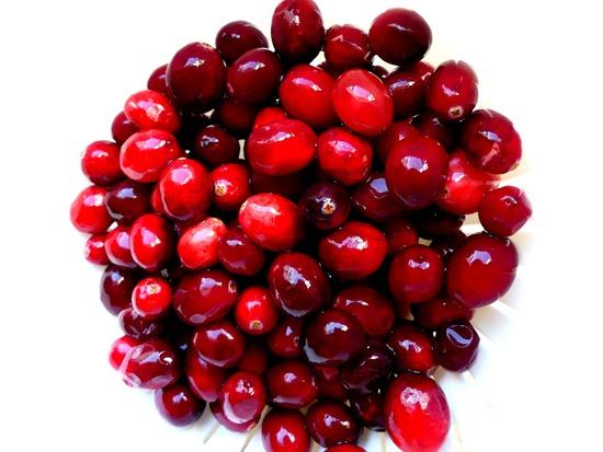 Die frischen Cranberries verlesen, spülen und abtropfen lassen.