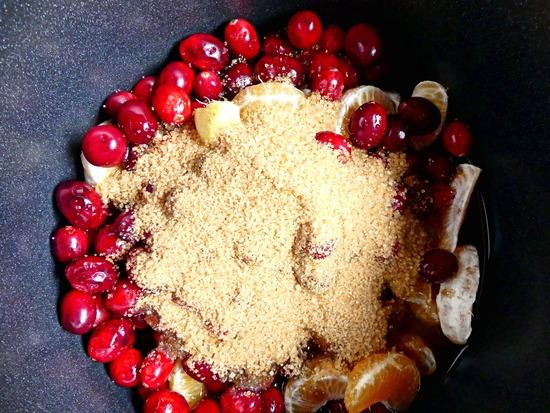 Die Cranberries, den Apfelessig, den Rohrzucker  sowie den Zimt dazu geben.