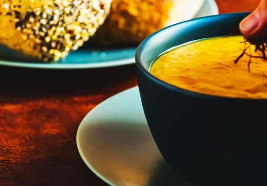 Die Suppe anschließend auf Tellern anrichten, mit der Petersilie und/oder den Safranfäden garnieren.