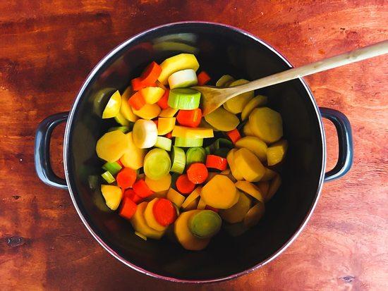 Die Kartoffeln und das restliche Gemüse darin bei mittlerer Hitze andünsten.