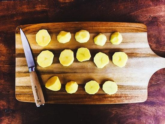 Zuerst die Kartoffeln schälen und in grobe Scheiben schneiden.