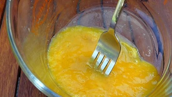 Die Eier mit Salz, Paprika sowie Pfeffer würzen und mit einem Schneebesen oder einer Gabel aufschlagen.