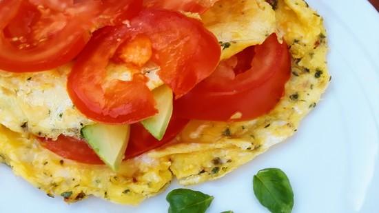 Wie bereits oben erwähnt, könnt Ihr für Euer Omelett Reste verarbeiten. Ich mache mir manchmal auch einfach eines mit Avocado und Tomaten. Guten Appetit!