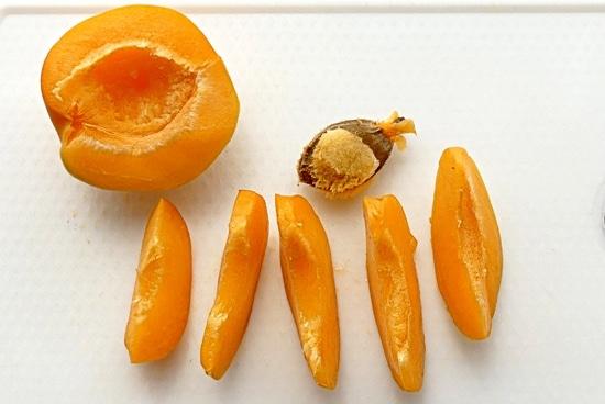 Schließlich noch die Aprikose waschen, den Kern entfernen, in kleine Spalten schneiden, mit den Chia Samen und den Kokosnusschips das perfekte Frühstück garnieren.