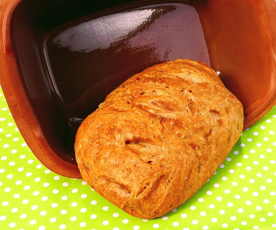 Das Brot auskühlen lassen, bevor es aus der Form genommen wird.