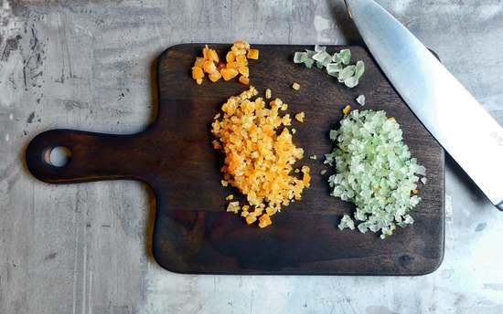 Das Zitronat und das Orangeat klein hacken. Tipp: Je feiner Du es hackst desto weniger wird es Menschen auffallen, die beides nicht mögen.