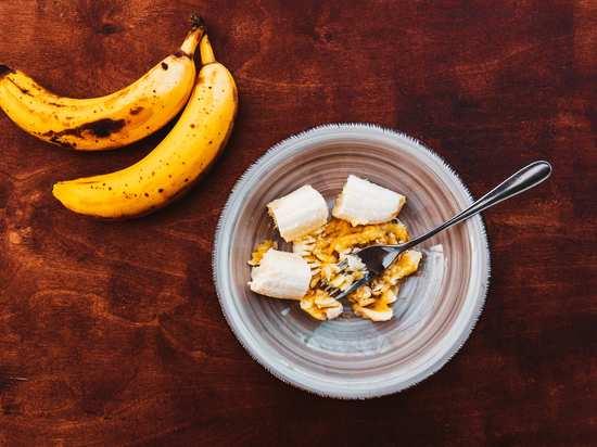 Die Banane schälen in die kleine Schüssel geben und mit der Gabel zu Mus zerdrücken.