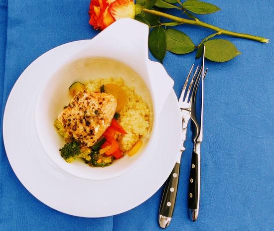 Schließlich das Couscous und die Gemüsemischung auf die Teller geben und mit dem Lachsfilet schön anrichten.
