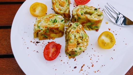 Genauso mit dem Rest der Eimischung verfahren und die fertigen Eirollen dann in kleine Eiröllchen schneiden, auf einem Teller anrichten und je nach Geschmack noch mit Chiliflocken würzen.