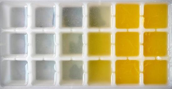 Nun den Joghurt in die Schüssel geben, den Honig sowie zwei Esslöffel vom Orangensaft hinzufügen und alles miteinander vermengen. Tipp: Vom restlichen Orangensaft kann man hervorragend Orangensafteiswürfel machen.