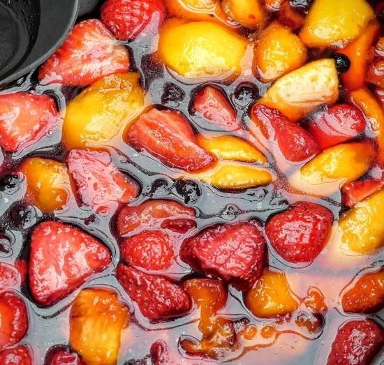 Nun das Ganze zum Kochen bringen und die Früchte mit dem Pürierstab zerkleinern.