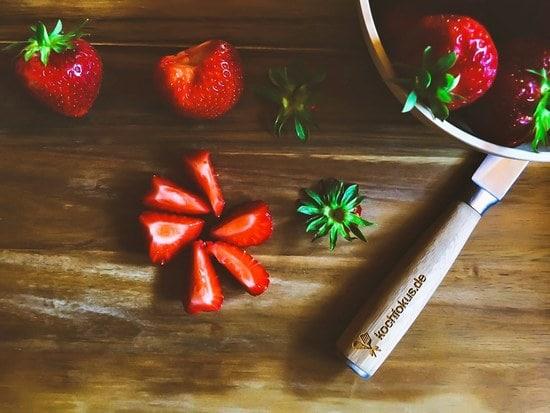 Zuerst die Erdbeeren waschen, trocknen, entkelchen und in kleine Stücke schneiden.