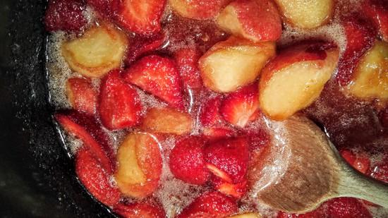 Nun die Früchte sowie den Zitronensaft in den großen Topf geben. Den Gelierzucker darüber streuen und diese Mischung mindestens 3 Stunden ziehen lassen.