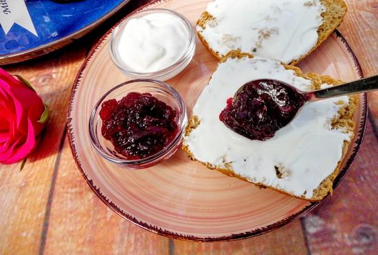 Lasst Euch die Erdbeerkonfitüre mit Aroniabeeren und Nektarinen schmecken.
