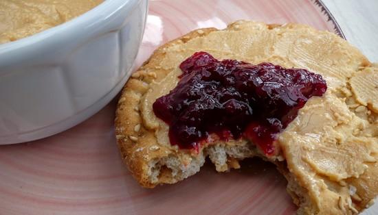 """Die Erdnussbutter passt hervorragend zu Marmelade oder Konfitüre.Anregungen dazu, wie man Marmelade und Co selbst macht, findest Du <a href=""""https://kochfokus.de/rezepte/marmelade-rezepte/"""">hier</a> auf meinem Blog."""
