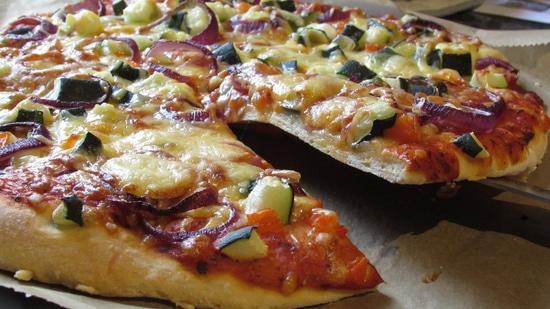Nach 20 Minuten prüfen, ob die Pizza fertig ist. die Backzeit sonst verlängern und danach einfach genießen. Buon appetito!