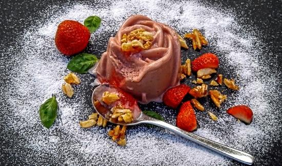 Der Frozen Erdbeerjoghurt mit Basilikum ist geschmacklich sehr gut gelungen. Ich komme hier mit relativ wenig Zucker aus. Wer es süßer mag, nimmteinfach mehr Zucker. Lasst Euch den Frozen Erdbeerjoghurt mit Basilikum schmecken!