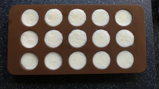Diese Masse anschließend in die Pralinenform geben, je Praline eine Heidelbeere hinzufügen und alles in den Gefrierschrank geben.