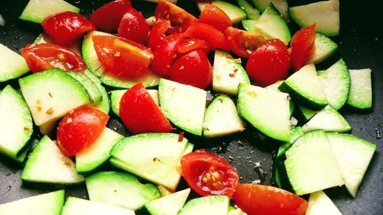 Das Gemüse nun mit Salz und Pfeffer abschmecken und etwa 8 bis 10 Minuten dünsten.
