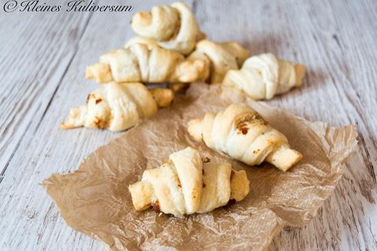 Die Croissants für 15-20 Minuten im Ofen backen und abkühlen lassen. Bon Appétit!