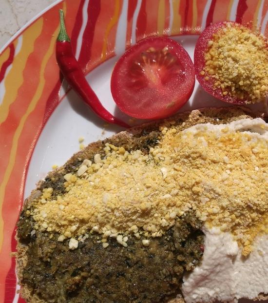 <ol>  <li>Der Kurkuma bringt dem Pulverstreu seine schöne Farbe.</li>  <li>Werden die Hefeflocken ganz oder teilweise durchBierhefe ersetzt, wird der Geschmack intensiver.</li>  <li>Der Parmesan Ersatz mit Cashew Kernen als Pulverstreu passt ausgezeichnet aufs Brot zu pflanzlichen Brotaufstrichen, zu Avocado, gekochtem Gemüse und zu Salaten.Wie Ihr auf meinem Foto seht, verwende ich meinen Parmesan Ersatz als Streu über meinem Brotbelag (hier Frischkäse aus Cashew Kernen und zudem über einem Wurstersatz aus Sonnenblumenkernen) sowie über meinen Tomaten.</li> </ol>