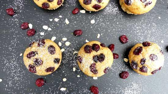 Wer mag gibt noch etwas Puderzucker über die Muffins.